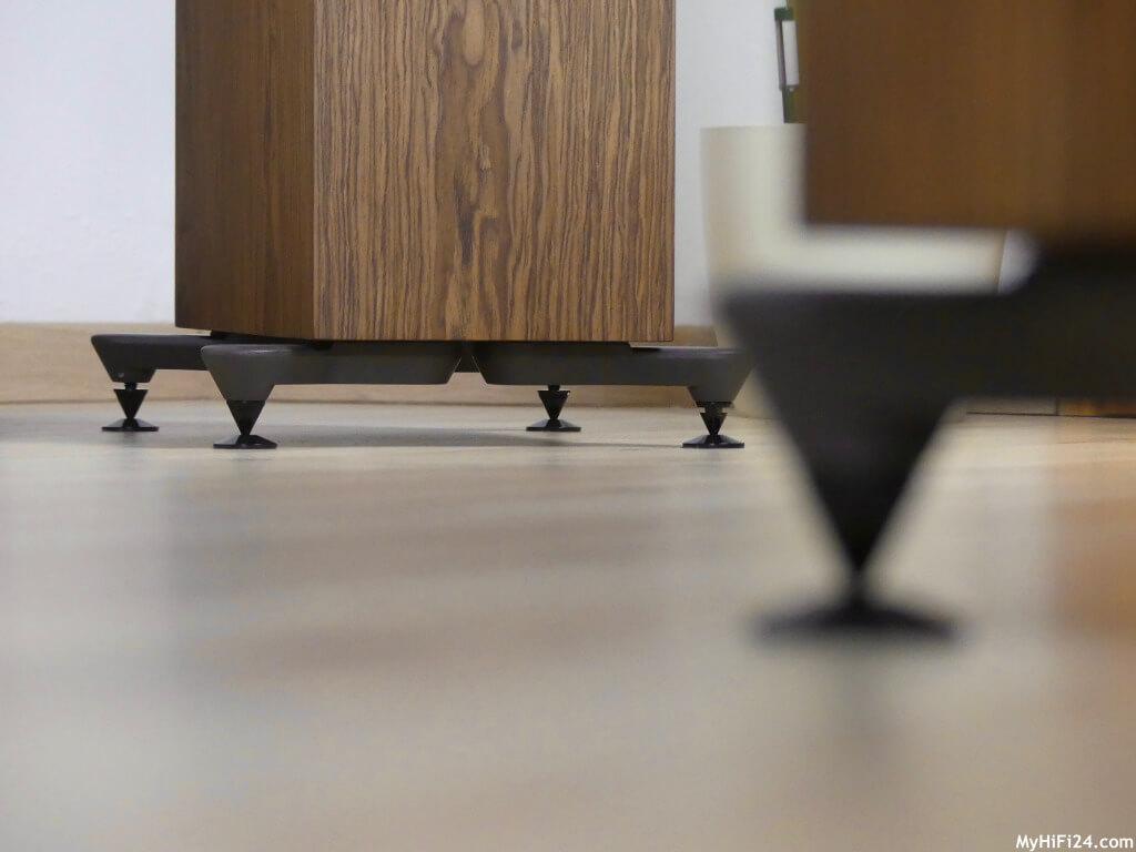 Mit dem Verstellschlüssel können die Lautsprecher auf ggf. Unebenheiten am Boden ausgeglichen werden. Testbericht HiFi & Audio.
