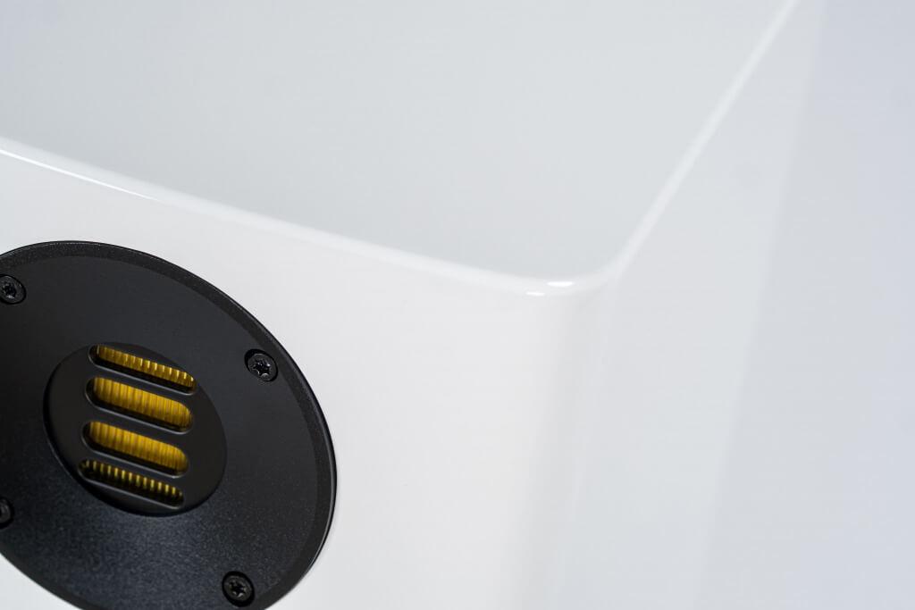 ELAC präsentiert mit der neuen Solano Serie drei Lautsprecher-Modelle, die voll und ganz in der Tradition der Fertigung von Lautsprechern bei ELAC stehen. Erdacht für den Lebensraum Zuhause, entworfen für das Perfect-Match, geschaffen für das beste Konzert – die Lautsprecher der ELAC Solano Serie sind mehr als nur Schallwandler.