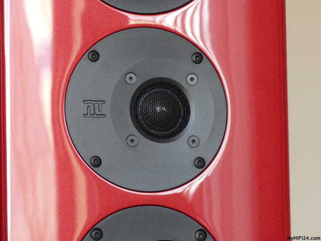 """Dieses Mal haben wir uns für Euch einen Standlautsprecher in Rubinrot in unser Wohnzimmer geholt und zwar von dem Lautsprecherhersteller Nubert, den nuVero 110. Der Lautsprecher sowie die nuVero-Serie sind keine Unbekannte in der HiFi-Welt und haben schon den ein oder anderen """"Preis"""" abgeräumt. Dadurch hat der Lautsprecher unser Interesse geweckt und wir waren neugierig, was er so """"kann""""? Wie der Standlautsprecher von der Lautsprecherschmiede aus Schwäbisch-Gmünd in unserem Wohnzimmer spielt, zeigen wir Euch hier in diesem Testbericht."""