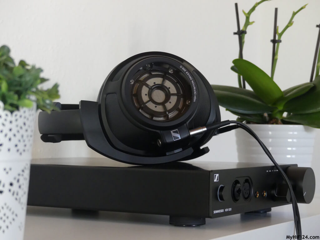 Sennheiser feiert mit der Kombination HD 820 & HDV 820 seinen 75. Geburtstag. Der High-End-Kopfhörer aus Deutschland mit dem digitalen Kopfhörerverstärker haben wir uns für Euch von der Kopfhörermanufakturschmiede aus Wedemark zu uns nach Hause geholt für einen Test. Wie der geschlossene, kabelgebundene Kopfhörer spielt im Zusammenspiel mit dem Verstärker, zeigen wir Euch hier in diesem Testbericht.