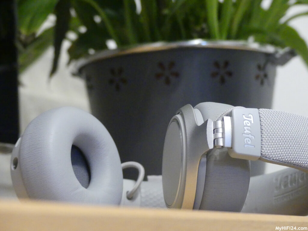 """Der SUPREME ON ist ein On-Ear-Kopfhörer von dem Audiohersteller Teufel aus Berlin. Viele Leser von Euch haben uns geschrieben, ob wir diesen Kopfhörer im Zuge eines Testberichtes hier vorstellen können. Daraufhin haben wir einen SUPREME ON in der Farbe Moon Gray für Euch organisiert. Welche """"Features"""" in ihm stecken und wie er """"spielt"""", zeigen wir Euch jetzt hier in diesem Testbericht."""