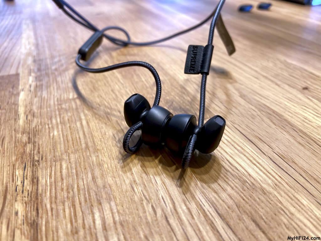 Nach dem wir den SUPREME ON von dem Berliner Audiohersteller Teufel getestet haben, holten wir uns ebenfalls für Euch den SUPREME IN für einen Test zu uns nach Hause. Den SUPREME IN gibt es in den gleichen Farbausführungen wie wir es bereits bei seinem großen Bruder kennen. Wie der Earbud-Kopfhörer von den Berlinern spielt und welche Funktionen er mit sich bringt, zeigen wir Euch jetzt hier in diesem Testbericht.