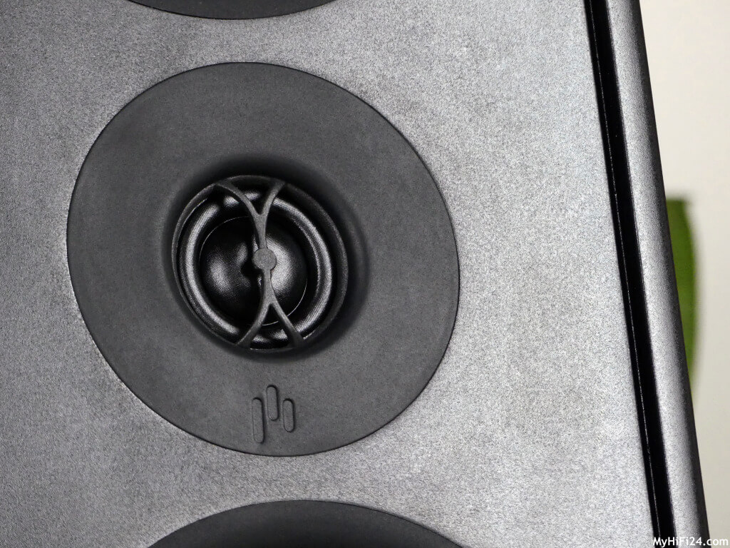 Von AperionAudio haben wir das ein oder andere Produkt schon getestet. Dieses Mal hat uns die Verus-Serie interessiert von dem amerikanischen Hersteller und zwar den Verus III Grand Tower. Der Standlautsprecher ist jetzt kein ganz Unbekannter in der Szene und daraufhin hat er unsere Neugier geweckt für einen Test. Wie der Lautsprecher von dem US-Hersteller AperionAudio spielt und was alles in ihm steckt, zeigen wir Euch hier in diesem Testbericht.