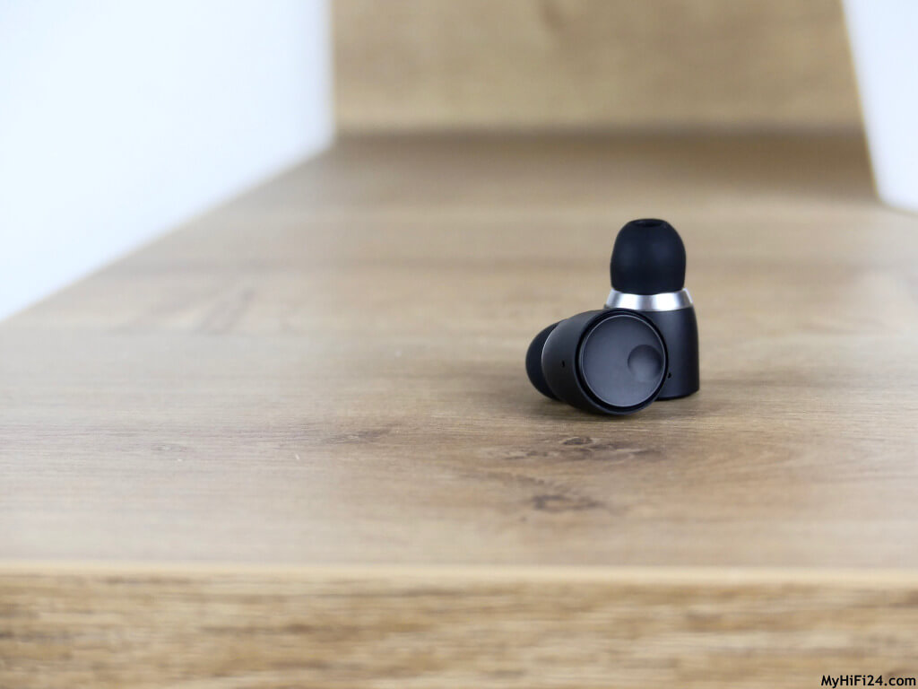Dieses Mal holten wir uns für Euch von Cambridge Audio den Melomania 1+ In-Ear-Kopfhörer für einen Test zu uns nach Hause. Einige Leser von Euch kennen bereits den Vorgänger Melomania 1 von Cambridge Audio und deshalb dachten wir, dass wir uns den neuen In-Ear-Kopfhörer von den Briten mal näher für Euch anschauen. Welche neuen Features in ihm stecken und welche Performance er bei der Wiedergabe von Titeln abliefert, zeigen wir Euch hier in diesem Testbericht.