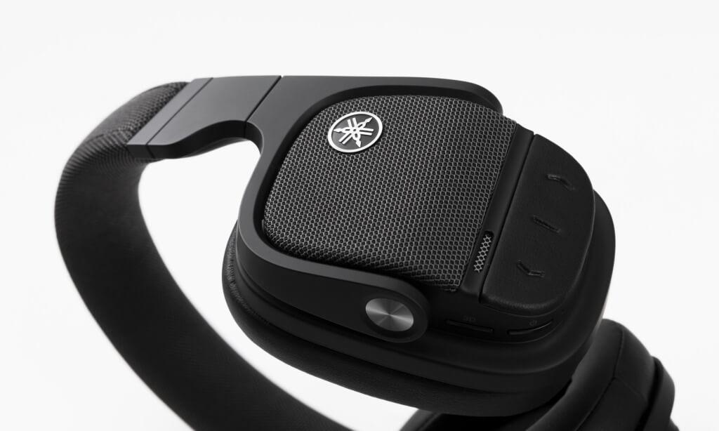 Der YH-L700A ist das Flaggschiff des neuen Bluetooth ANC-Kopfhörer Line-ups von Yamaha. Der Referenzhörer verfügt über das effektive firmeneigene Advanced Active Noise Cancelling System und beeindruckt darüber hinaus mit innovativen Technologien wie dem Listening Optimizer sowie dem revolutionären 3D Sound Field, das binaurale Klangerlebnisse direkt am Kopf realisiert. Der YH-L700A schützt mit seinem Listening Care Algorithmus außerdem das Gehör des Nutzers.