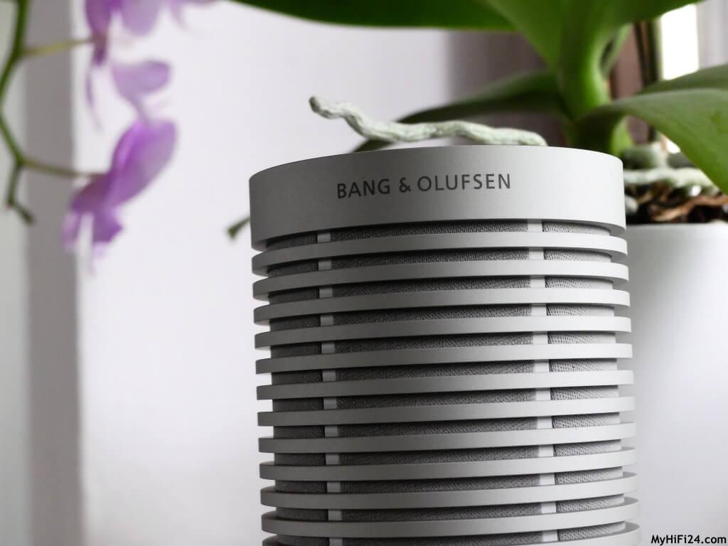 Jetzt haben wir ihn auf einen Tisch in unserem Garten aufgestellt. Der Sound kommt durch die Rundumstrahlung gut zum Hörer oder zur Hörerin an. Aber auch hier, ein wenig Bass nach unserem Geschmack. Hochton- und Mitteltonbereich waren wieder stimmig wie im Innenbereich. Im Outdoor ist die Lautstärke umso wichtiger, da es ggf. Nebengeräusche durch Autos usw. geben kann. Das gilt auch hier, für die Größe ist er hier gut. Dank der IPX67 ist er ein robuster Begleiter im Outdoor und glänzt dadurch in diesem Bereich. In einem dampfigen Bad kann er auch problemlos verwendet werden für die musikalische Unterstreichung während dem Duschen oder in einem Kinderzimmer. Wenn er mal runterfällt oder umgeschmissen wird, keine Sorge, der hält das problemlos aus!