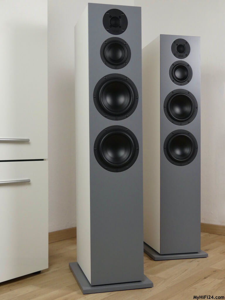 """Nubert hat dieses Jahr die neue Lautsprecherserie nuBoxx angekündigt für den Einstiegsbereich. Natürlich hat das unsere Neugier geweckt sowie bei unseren Lesern. Daraufhin haben wir uns entschieden den Standlautsprecher nuBoxx B-70 von dieser Einstiegsserie zu holen für einen Test. Diese Lautsprecherserie besteht aus insgesamt sechs Lautsprecher und der nuBoxx B-70 ist sozusagen der """"Größte"""" in dieser Runde. Wie die Lautsprecher in unserem Wohnzimmer performen und was in ihnen stecken, zeigen wir Euch jetzt hier in diesem Testbericht."""